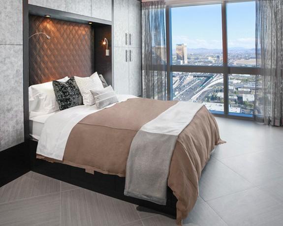 серый тюль с белым постельным бельем