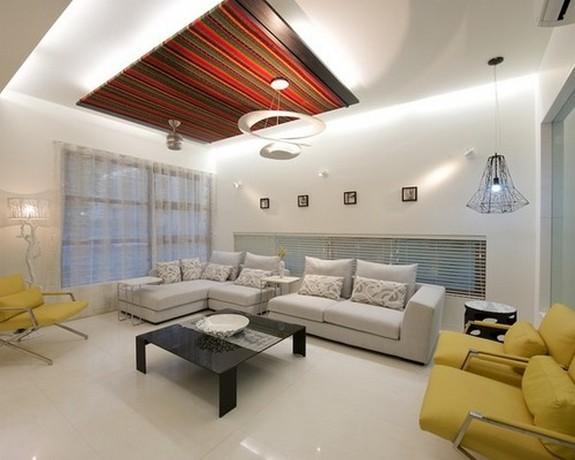 серый тюль и желтая мебель