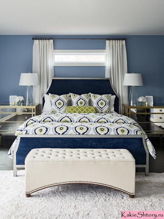 белые шторы к синим обоям в спальне
