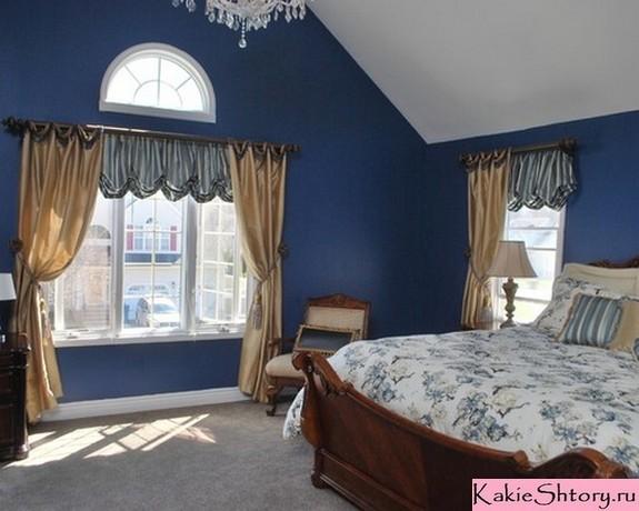 бежевые портьеры к синим стенам в спальне