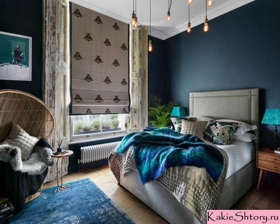 римская штора с рисунком к синим стенам