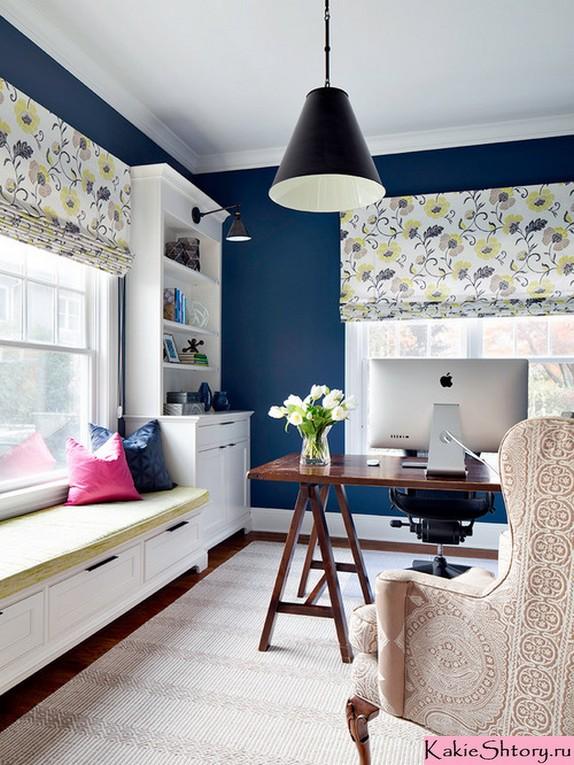 цветастые римские шторы к синим обоям в рабочем кабинете