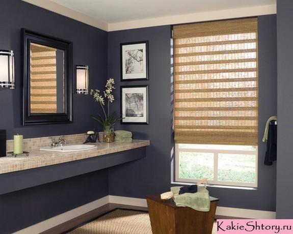 римская штора в ванной с синими стенами
