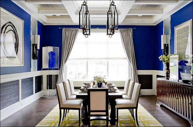 портьеры к синим обоям в кухне