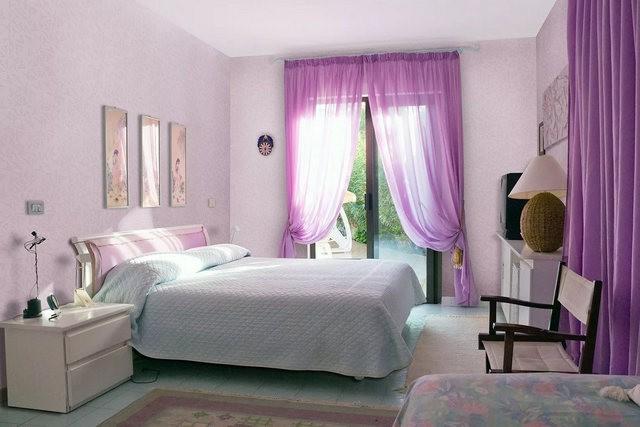 сиреневый тюль в белой спальне