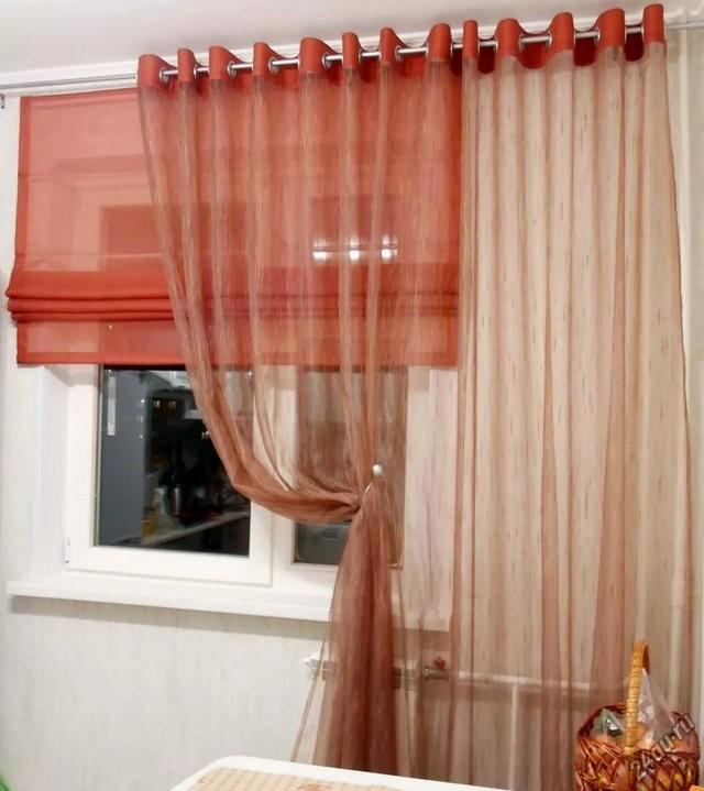 римская штора и тюль терракотового цвета в кухне