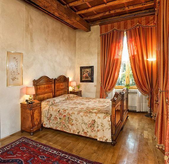 терракотовые портьеры в спальне
