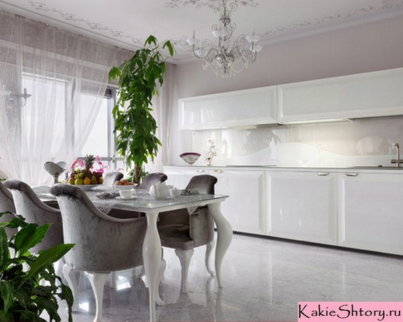 тюль из вуали в белой классической кухне