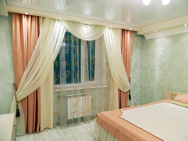 сочетание белых и персиковых штор