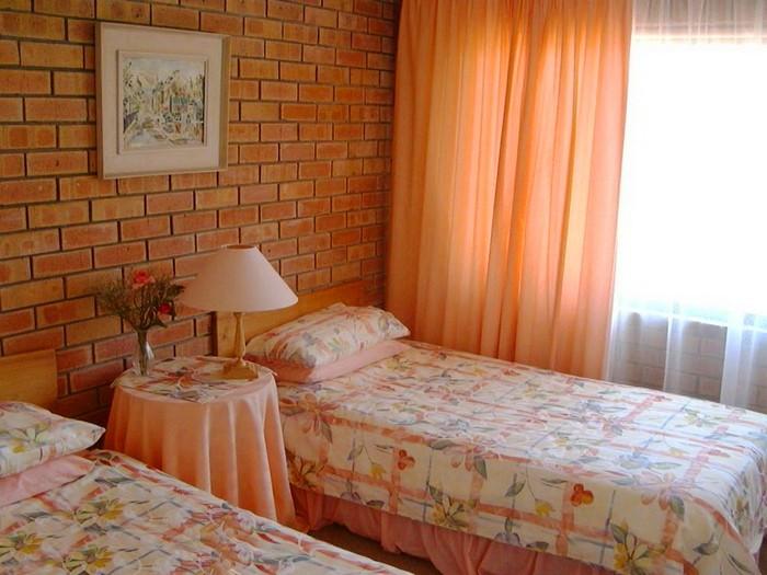 персиковые занавески в спальне