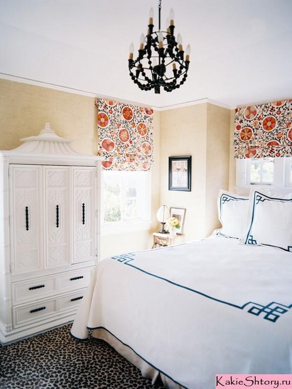 шторы в цветочек в бежевой спальне