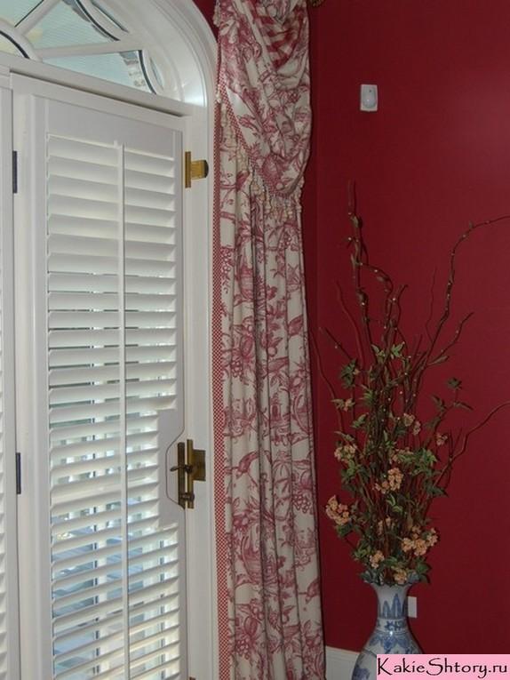 шторы с рисунком под красные стены