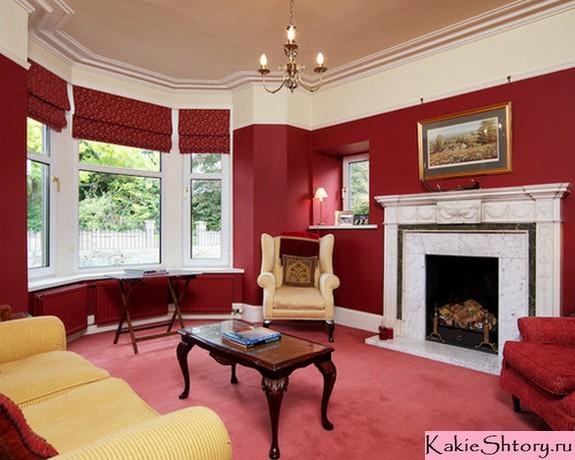шторы к красным обоям в гостиной