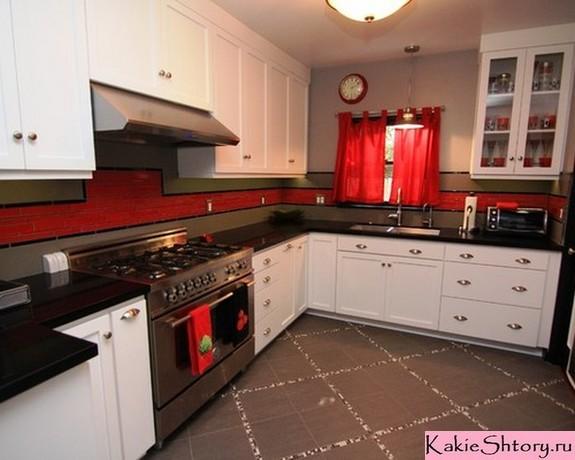 шторы к красным обоям в кухне