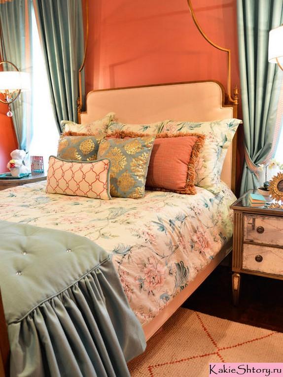 голубые шторы к персиковым обоям
