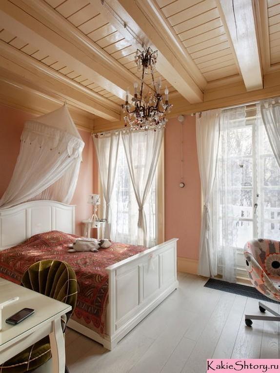 белые шторы к персиковым обоям