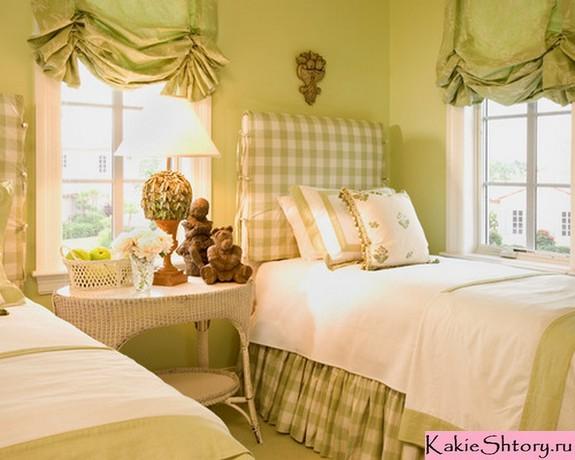 шторы к зеленым обоям в спальне