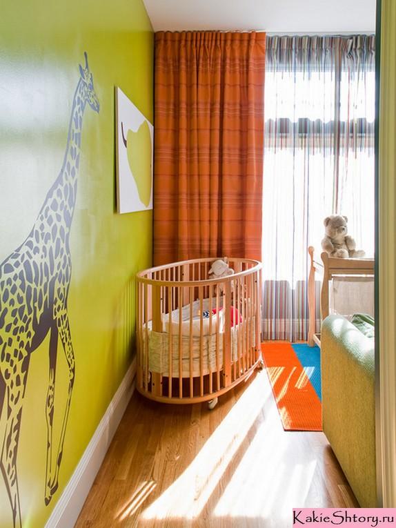 оранжевые шторы к зеленым обоям