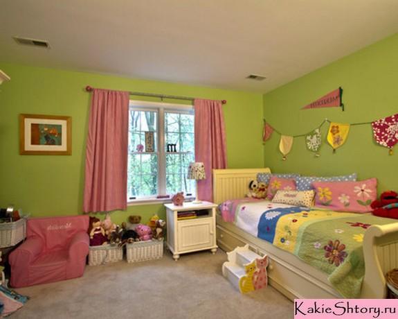 розовые шторы к зеленым обоям
