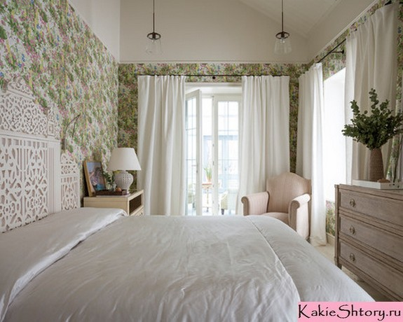 белые шторы под зеленые обои