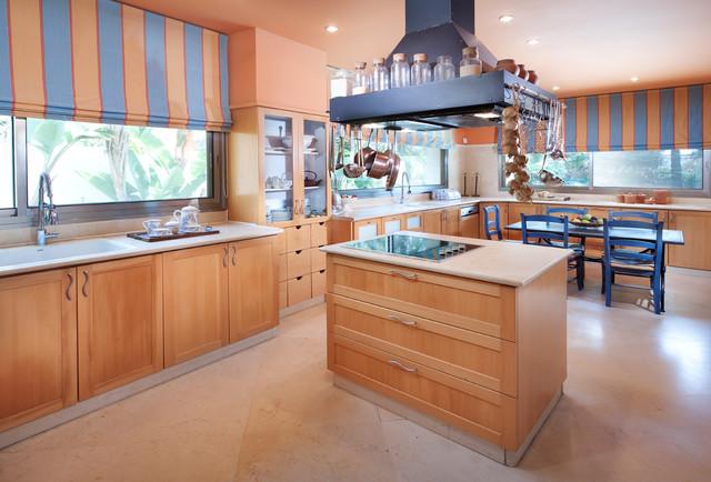 шторы под персиковые стены в кухне