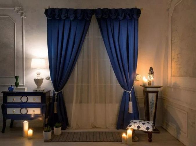 синие шторы к персиковым стенам