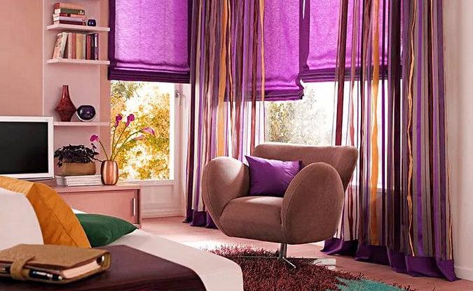 сиреневые шторы под персиковые обои