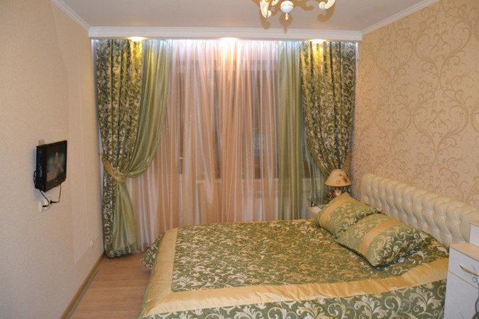 зеленые шторы под персиковые обои
