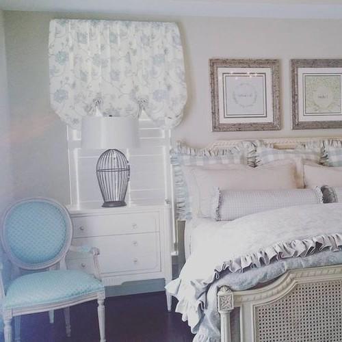 подъемная австрийская штора в спальне