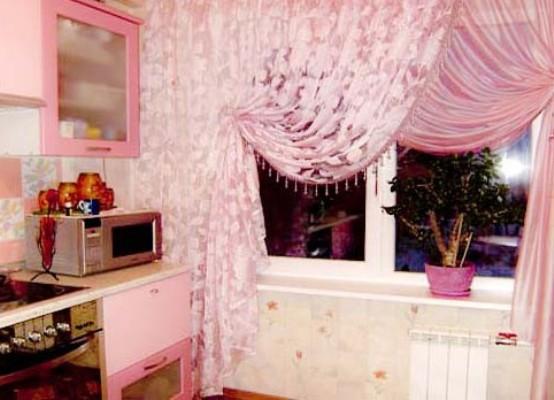 розовый тюль в кухне