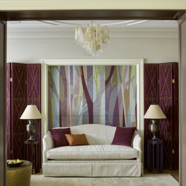 белый диван к фиолетовым стенам