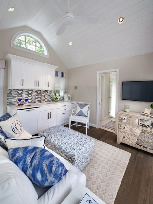 белый диван в кухне-столовой