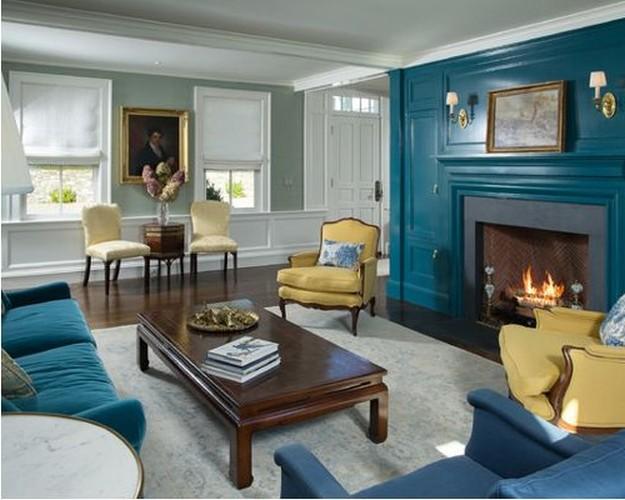 бирюзовый диван и желтые кресла