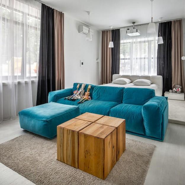 бирюзовый диван с коричневыми шторами