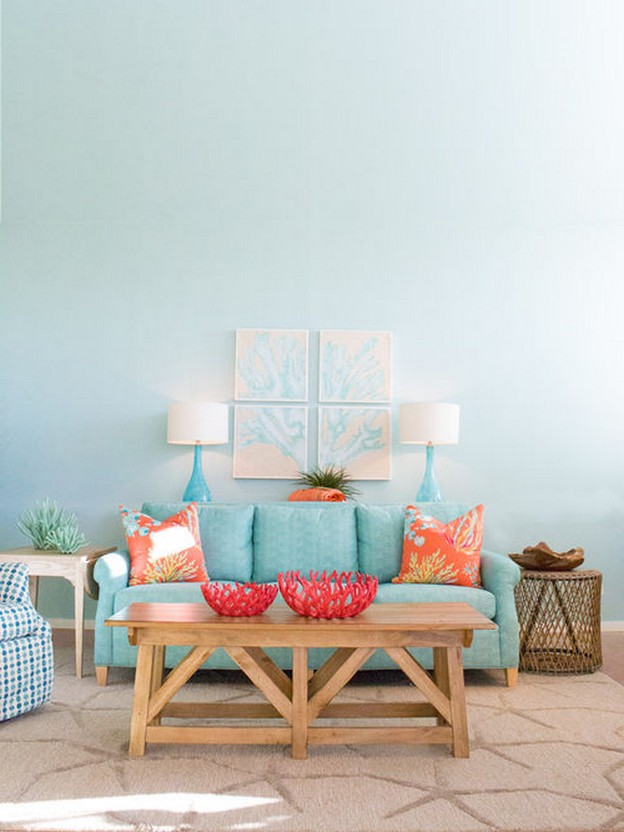 бирюзовый диван с оранжевыми подушками