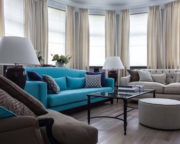 бирюзовый диван в классической гостиной