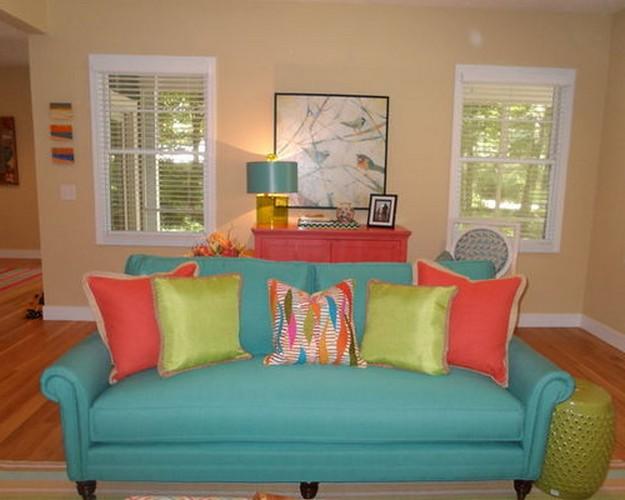 бирюзовый диван с красными подушками