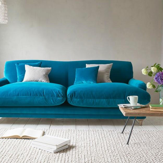 бирюзовый диван в минималистичной гостиной