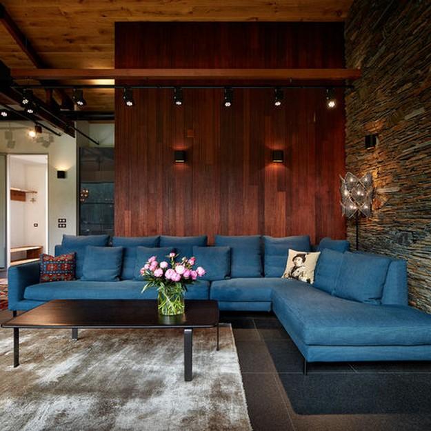бирюзовый диван в коричнево гостиной