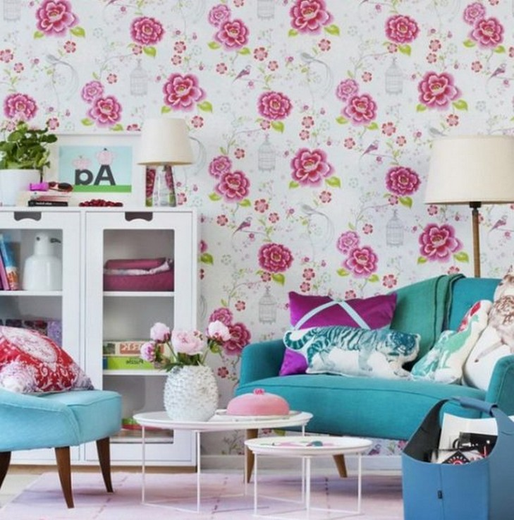 бирюзовый диван к розовым обоям