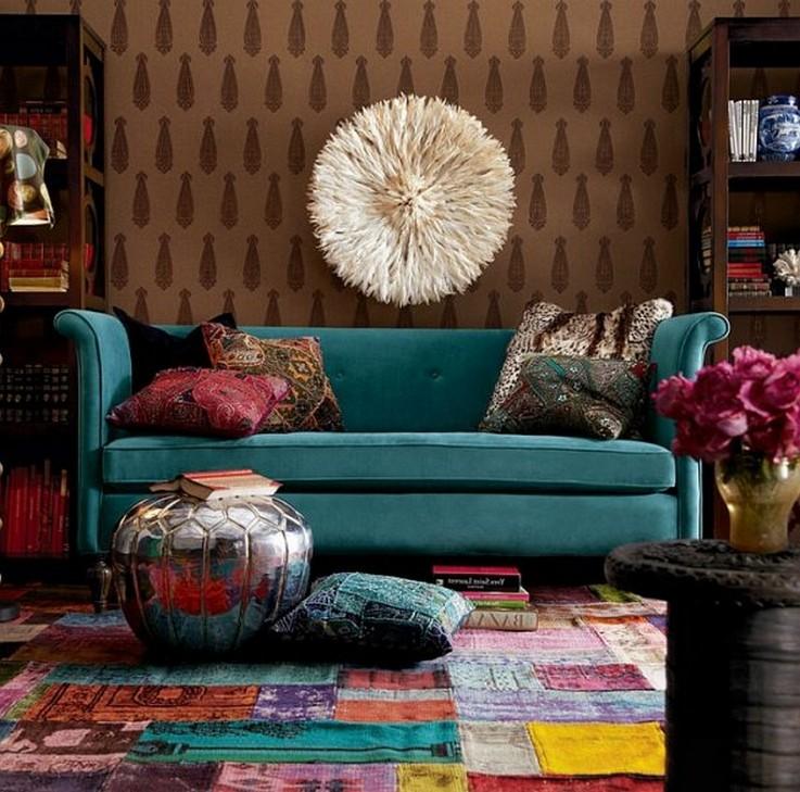 диван бирюзовго цвета в интерьере фьюжн