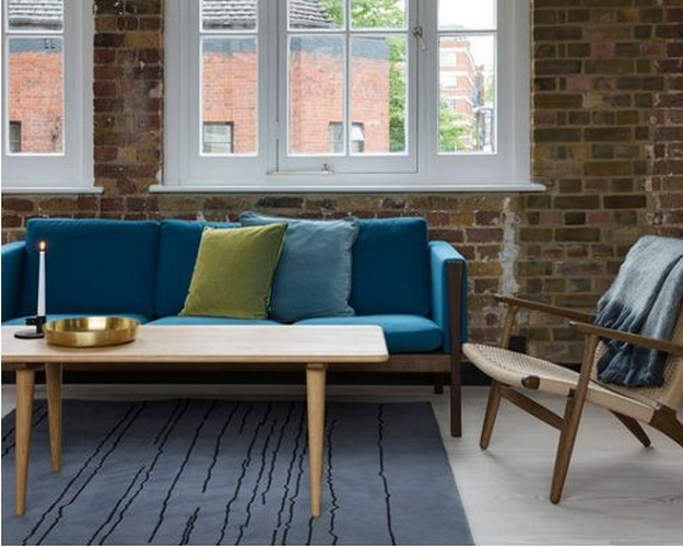 диван бирюзово цвета в гостиной в стиле лофт