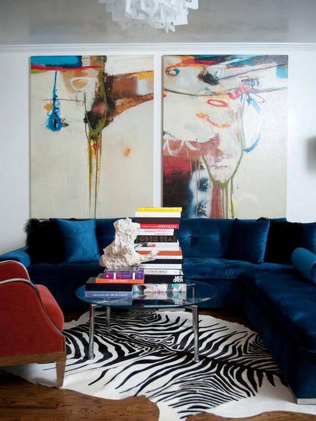 темно-бирюзовый диван в гостиной в стиле фьюжн