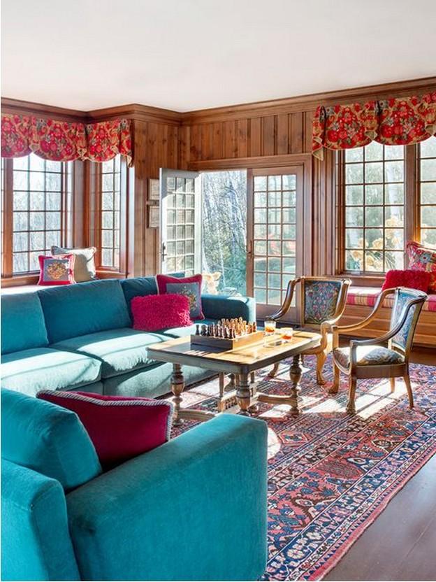 деревенская гостиная с бирюзовым диваном