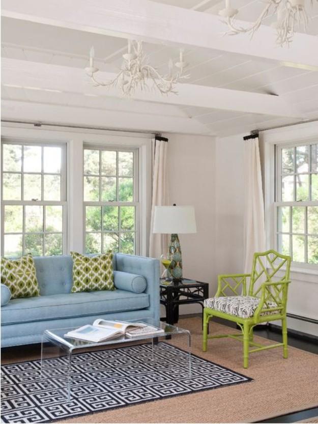 голубой диван и зеленый стул