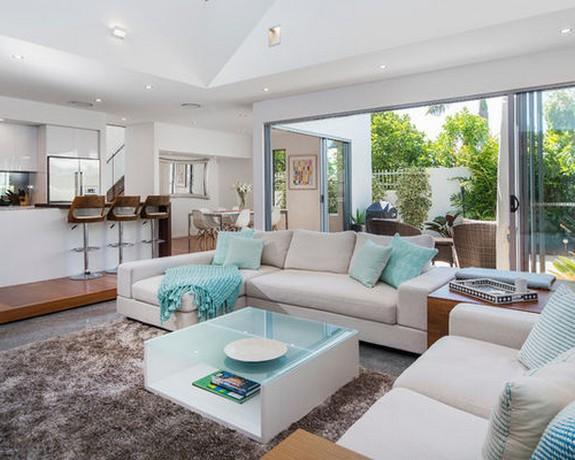 серый диван с бирюзовыми подушками