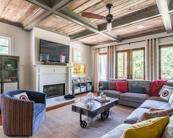 серый диван с красными подушками
