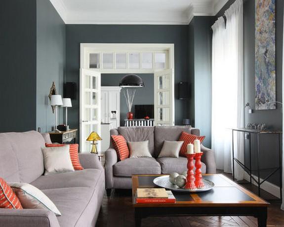 серый диван с алыми подушками