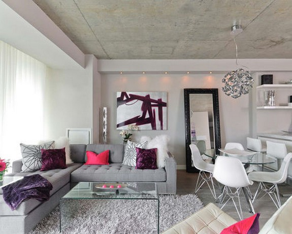 серый диван с малиновыми подушками