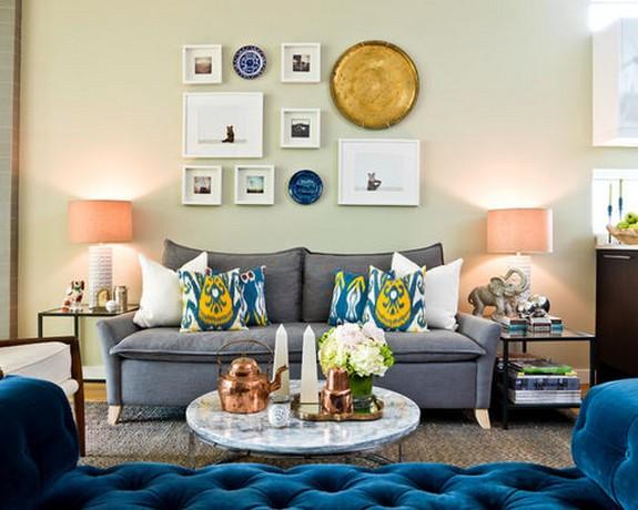 серый диван с разноцветными подушками